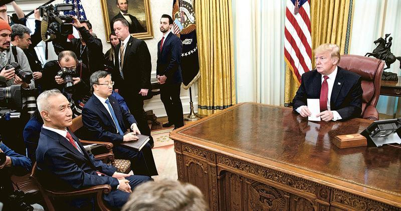 美國總統特朗普(右)日前在白宮橢圓形辦公室,接見中方談判的領軍人物、副總理劉鶴(左),劉鶴通過翻譯,轉述國家主席習近平給特朗普的口信。(資料圖片)