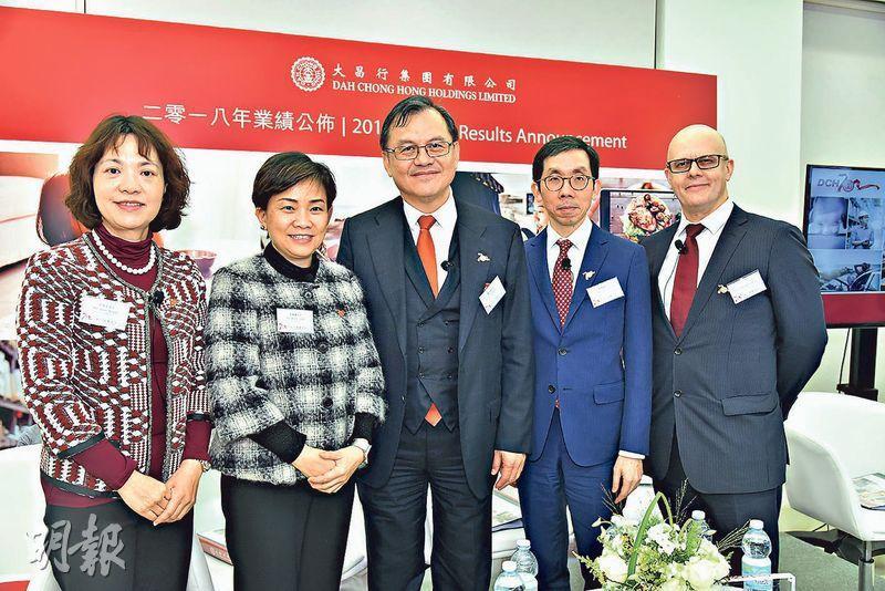 大昌行香港食品業務主管梁佩貞(左一)表示,公司已聯絡不同生產商,重新生產口味「一模一樣」的廚師腸,並堅持使用指定美國雞肉及在美國生產。(劉旭霞攝)