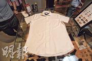 不用兩三分鐘,沒有使用任何清潔劑,恤衫已幾近完全還原。
