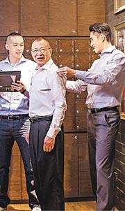 藝人許紹雄乃LXN Collection其中一名股東的世叔伯,為了協助年輕人創業,他曾分文不收,為該公司拍下宣傳硬照。(公司提供)