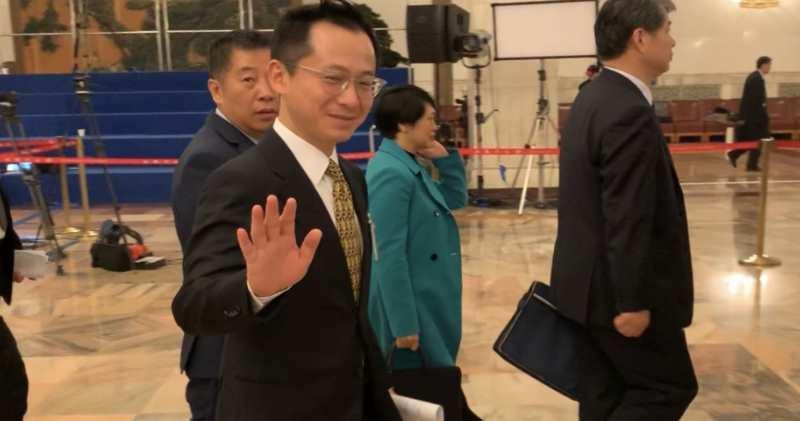胡文新出席政協會議後向記者微笑揮手,未有回應合和私有化的相關提問。(李哲毅攝)