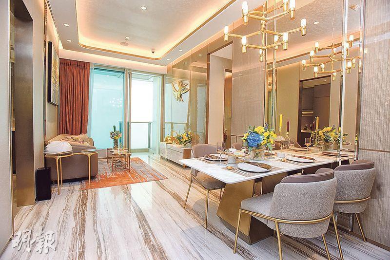 3房客飯廳以方形開則,設落地玻璃趟門,可將自然光引入室內,同時連接22方呎露台。(劉焌陶、黃志東攝)