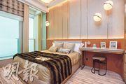 主人睡房擺放雙人牀後,仍能三邊落牀,房間外連16方呎工作平台。(劉焌陶、黃志東攝)