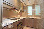 廚房採用傳統梗廚設計,設曲尺工作枱,另備有窗戶,配套家電以德國品牌為主。(劉焌陶、黃志東攝)