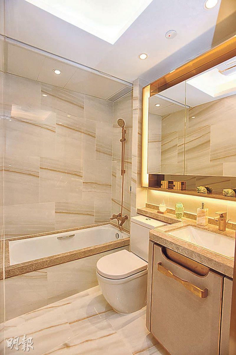 浴室臉盆及浴缸均以雲石鋪砌,惟不設氣窗。(劉焌陶、黃志東攝)