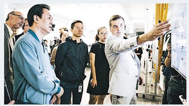 恒大集團主席許家印(左)去年參觀法拉第未來車廠,圖中為法拉第未來的創辦人賈躍亭。。