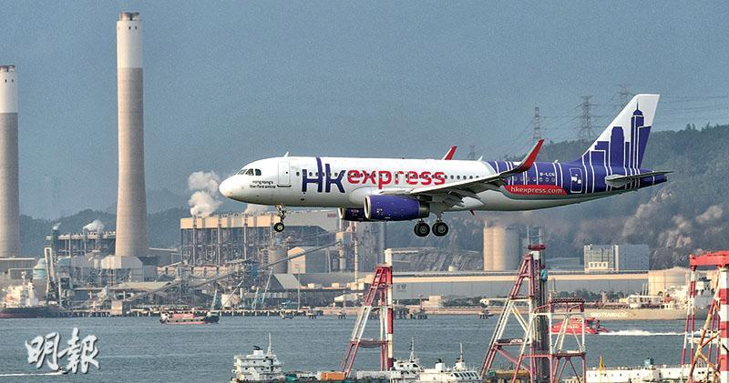 國泰表示,廉航有一定的市場需求,收購香港快運能互補集團現行的營運模式,相信快運能配合其航空網絡,令往來香港的航班接駁力以倍數增長。圖為香港快運客機。(鍾林枝攝)