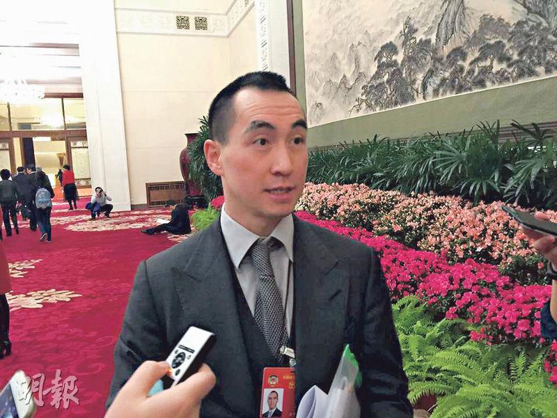 昨日「小賭王」何猷龍(圖)在北京出席人大開幕會議時感謝外界關心爸爸(何鴻燊)健康狀况,稱他精神及健康狀態均好好。(陳子凌攝)