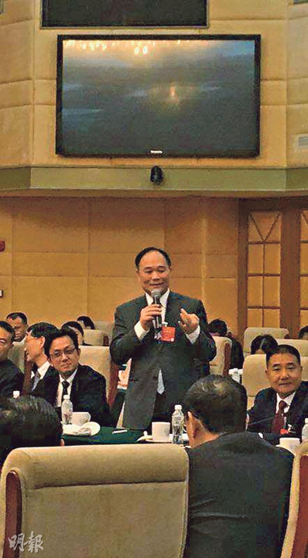 吉利集團董事長李書福(站立者)昨日於浙江省人大代表團上表示,一場汽車領域的淘汰賽已經拉開序幕。吉利汽車已提前佈局成立吉利科技集團,與多個企業合作探索出行服務。