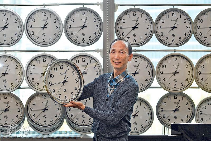 確時股份有限公司創辦人葉健利表示,掛在窗上的是RDS電波鐘,優點是完全毋須設定,但現時只能在香港使用;他手持的是Wi-Fi鐘,需要設定但有Wi-Fi的地方就能用。(鄧宗弘攝)