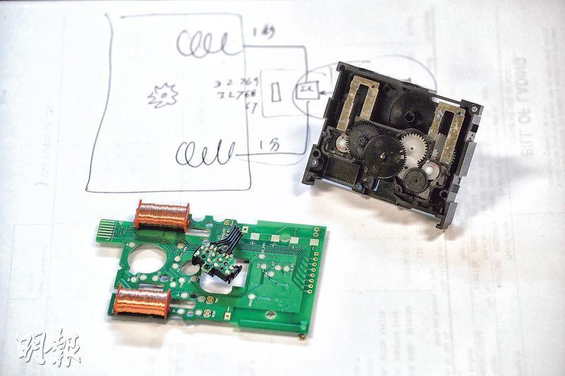一般石英鐘機芯並不能接收RDS電波或Wi-Fi信號及校正時間,所以確時需要自行研發其石英鐘機芯及相關零件(圖)。由於商業機密關係,其細節不便公開。(鄧宗弘攝)