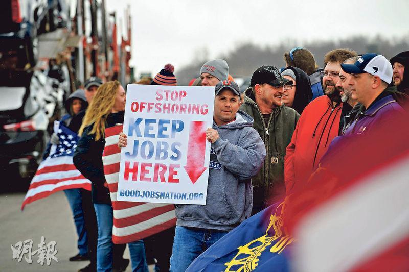 美國就業市場經過上月的強勁增長後有所降溫。美國有工人示威,希望企業停止開設海外職位,將工作機會留在美國本土。(法新社)