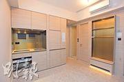 土瓜灣瑧尚的交樓標準示範單位,以18樓A2室為藍本,屬實用面積299方呎一房戶,大廳設有多功能組合櫃,並採開放式廚房設計。(黃志東攝)