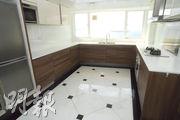 廚房提供基本配套設施和家電如煮食爐、雪櫃等。(劉焌陶攝)