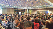 長實荃灣海之戀本月初撻大訂的4個單位,於加價最多近兩成後重新發售,昨日吸引逾100組準買家爭購,開售約40分鐘全獲承接。圖為昨日開售情况。