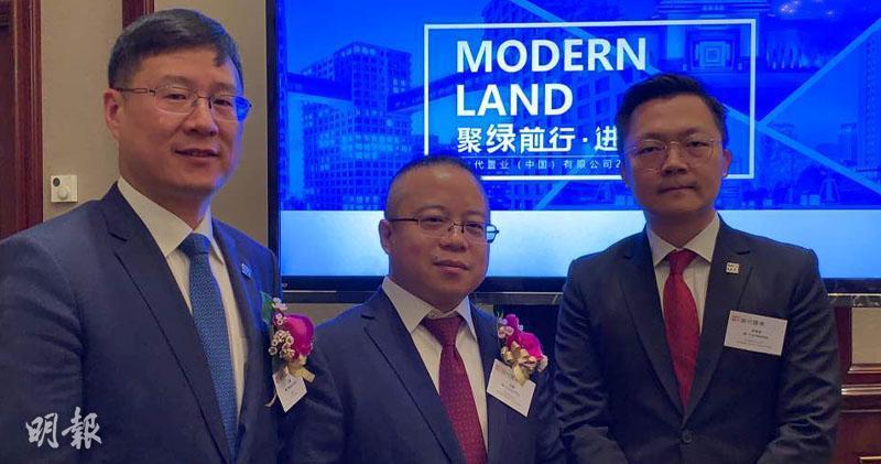 當代置業副總裁王強(左)、總裁張鵬(中)、董事會辦公室總經理崔寒凌(右)(方楚茵攝)