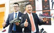 特步行政總裁丁水波(右)稱,集團今年農曆新年銷售佳,對今年表現有信心。旁為首席財務官楊鷺彬。(中通社)