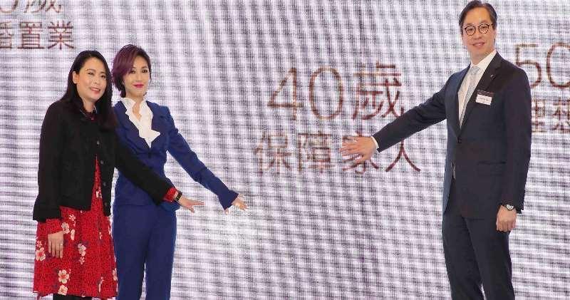 花旗香港找來歌手楊千嬅為旗下Citigold拍攝新一輯廣告,今早的發布會上楊千嬅(中)亦在場。圖右為花旗香港區董事總經理林智剛,左為花旗香港零售銀行業務主管李貴莊。
