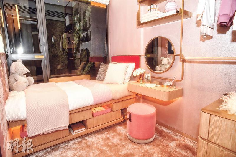 其中一間睡房設計成兒童睡房,以粉色為主調,單人牀貼近窗台。(劉焌陶攝)
