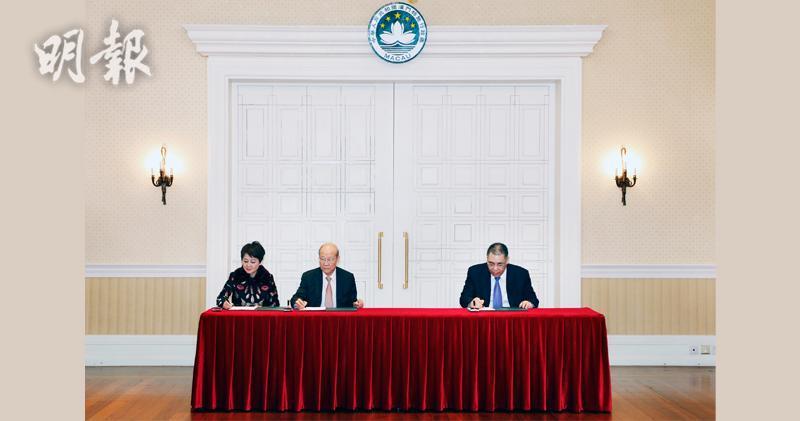 澳博今日簽署續牌,左為澳博聯席主席、左二為澳博副主席蘇樹輝、右為澳門特首崔世安。(澳博提供圖片)