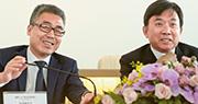 受投資失利影響,電視廣播(TVB)昨晚發通告,指預料2018年將現淨虧損2億元;自1988年上市近31年來首次見紅。圖左起為TVB副主席兼非執行董事黎瑞剛及主席兼非執行董事陳國強。(資料圖片)