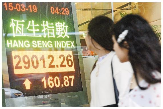 中港股市昨日受國務院總理李克強言論刺激下,擺脫早前弱勢,恒指昨收報29,012點,升160點,國指升60點至11,508點,主板成交較上日增26%至1214億元。(中新社)