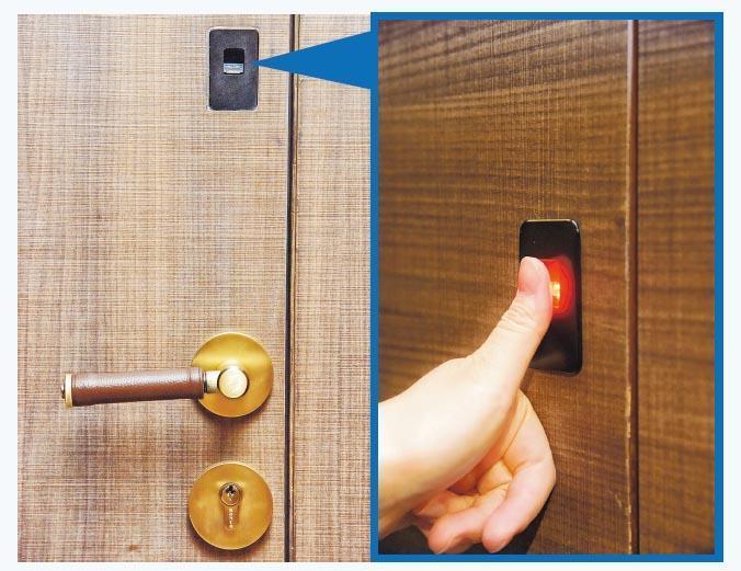 新世界為項目引入「ArtisLock」三合一智能大門門鎖,住戶出門時只須向上一拉即可將大門鎖上。該智能大門門鎖提供門匙、指紋掃描(圖示)及手機應用程式3種方式控制開關。