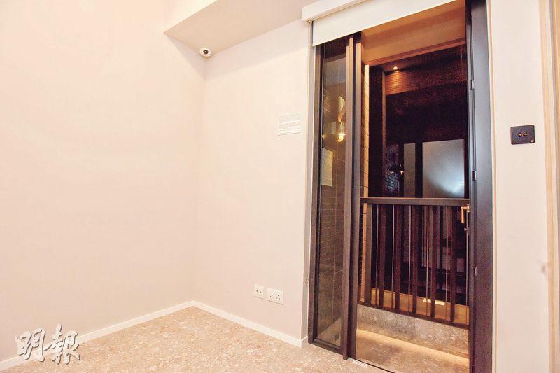 除大廳外連23方呎露台外,睡房亦連接18方呎工作平台。