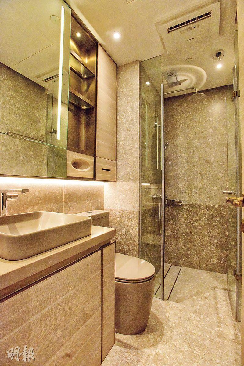 浴室設有多用途鏡櫃,內置電源插頭、USB槽等設備。