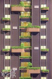 項目以都市中的園林作設計意念,每隔一層外牆就種植一棵常綠灌木。