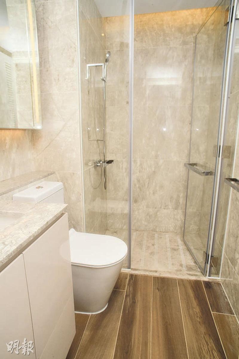 單位浴室以天然石材鋪砌,設計簡潔時尚。(劉焌陶、黃志東攝)