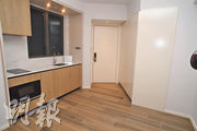 2房戶踏入門口旁為開放式廚房,另一邊設儲物櫃及裝有嵌入式雪櫃。(劉焌陶、黃志東攝)