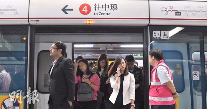 港鐵今晨發生撞車意外 股價最多跌1.6%(楊柏賢攝)