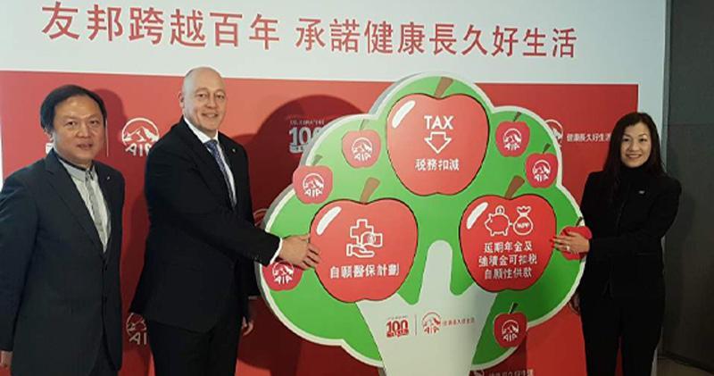 圖右為友邦香港及澳門自願醫保計劃總裁及首席科技及營運官葉文傑、左為企業業務、策略及財富管理總經理謝佩蘭(歐陽偉昉攝)