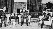 李兆基(左)早於1980年返內地投資,並於1981年聯同協成行董事長方潤華(右)訪京,與時任全國人大副委員長廖承志(中)會面。(資料圖片)