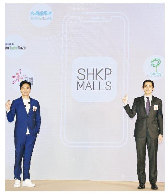 新地郭基泓(右)表示,新地首個綜合商場手機應用程式The Point by SHKP正式登場,預計至今年底會員人數逾40萬人;圖左為藝人張智霖。