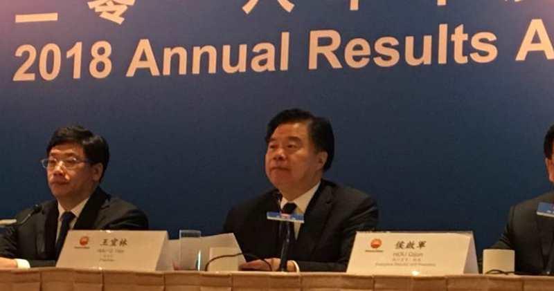 中石油副總裁凌霄(左)指出,成立油氣管道公司有利行業發展,惟未知成立時間。圖右為中石油董事長王宜林