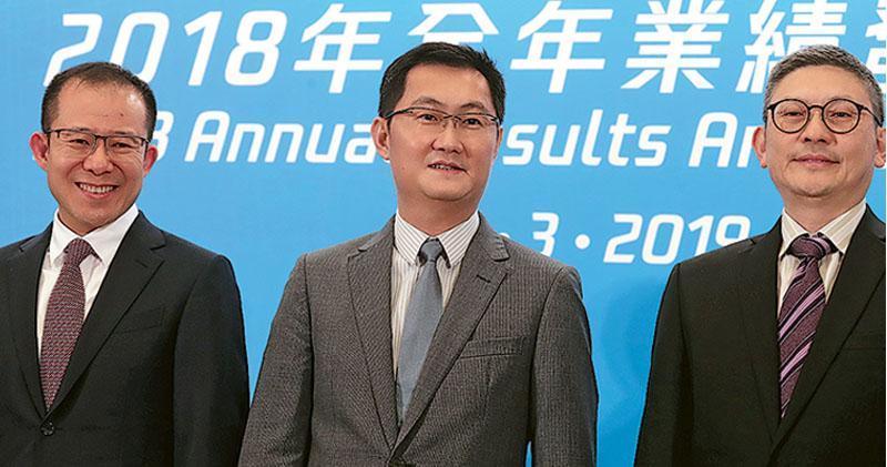 騰訊總裁劉熾平(左)表示,今年首季遊戲版號逐步恢復,至今共有8款騰訊遊戲獲批,相信行業情况較去年改善,未來會加大遊戲業務海外發展。圖中為騰訊主席馬化騰。(李紹昌攝)