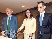 合和實業主席胡應湘(左)、他的太太非執行董事胡郭秀萍(中)及兒子副主席兼董事總經理胡文新(右)在集團舉行股東會,就私有化方案與傳媒會面。當有記者問及胡氏父子不和時,胡郭秀萍則反問記者:「你想知道啲乜?」。(劉焌陶攝)