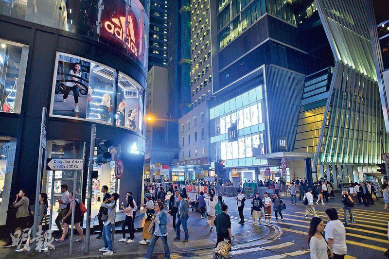 中環皇后大道中為傳統核心購物街,近年已有多間名店先後退場,最新為GAP計劃縮舖,租用的陸海通大廈4層舖位,現正有3層放租。(蘇智鑫攝)