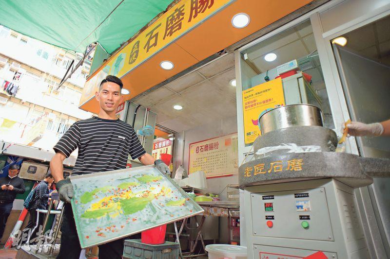 「五嫂石磨腸粉」創辦人戴華林透露,在北河街開設總店4個月之後,就在桂林街開設了分店,今年內還會再開1至2間分店。圖為他攝於總店門口。