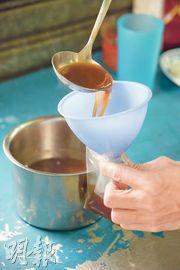 「五嫂」以蒜蓉、蘑菇加豉油自製獨家醬汁,並將之保溫。若顧客並非即場吃,店員更會將醬汁注入密實袋,服務體貼。