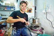 「鳳鳴石磨腸粉」共同創辦人林應祺表示,該店可以讓顧客選擇以白米漿、紅米漿或黑米漿來製造腸粉皮,在本地市場暫時是唯一。圖為他以黑龍江黑米磨製米漿。