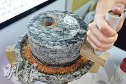 「鳳鳴」在店面放置了迷你手動石磨,讓顧客將辣椒粒磨細,才添加到腸粉上。