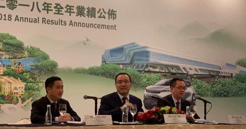 恒大兼恒大健康「雙料」首席財務官潘大榮(左)指,公司會全力支援電動車業務。(方楚茵攝)