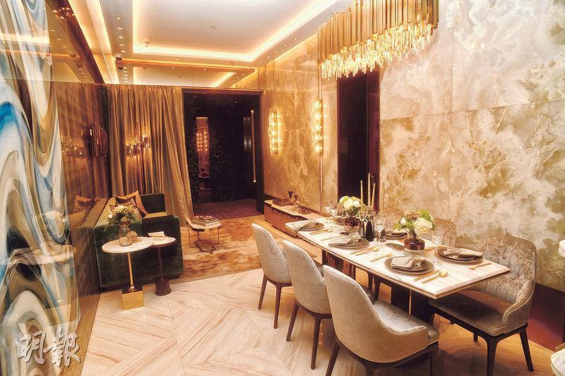3房連裝修示範單位以2座18樓C室為藍本,大廳以金銅色為主色調,客飯廳間隔分明。(劉焌陶攝)