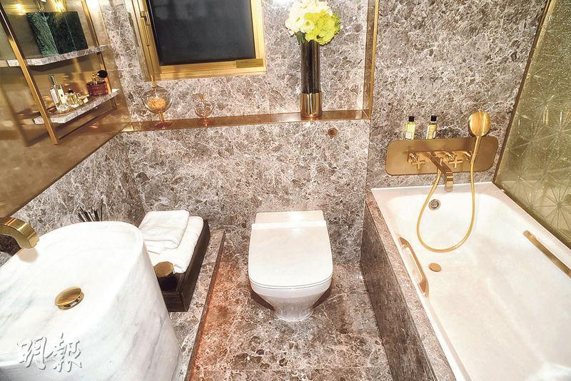 浴室以雲石鋪砌牆身,設有浴缸及通風窗。(劉焌陶攝)