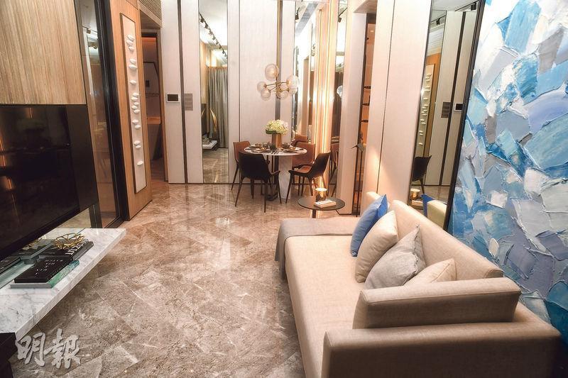 2房連裝修示範單位以2座28樓E室為藍本,以白色作主調,設計簡約。(劉焌陶攝)