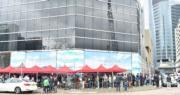 日出康城LP6雖已是第5輪銷售,仍有逾200名準買家在項目展銷廳、九龍灣傲騰廣場外排隊。