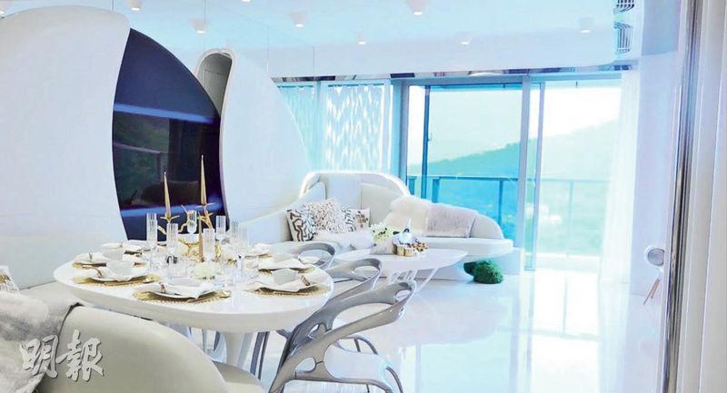 連裝修單位以白色作主調,客廳設有巨型半月形自動開合電視屏,為全屋亮點。(馮凱鍵攝)
